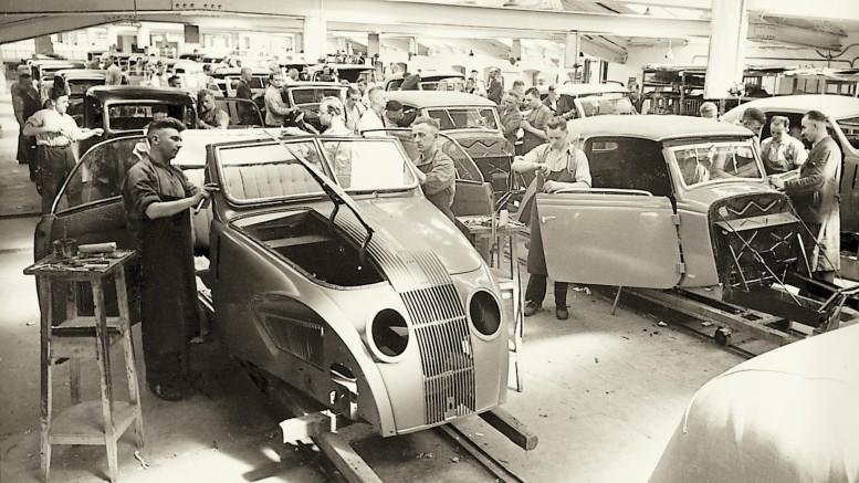"""Moderne Zeiten auch bei Karmann: """"Fließende"""" Montage des Adler """"Autobahnwagen""""-Cabrio (links) um 1938. Foto: Archiv"""